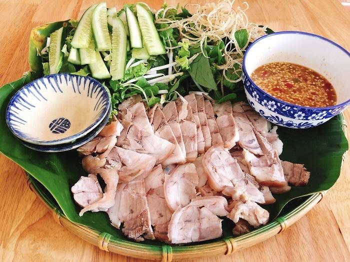 Thịt ngâm nước mắm ăn kèm với bánh tráng rau sống