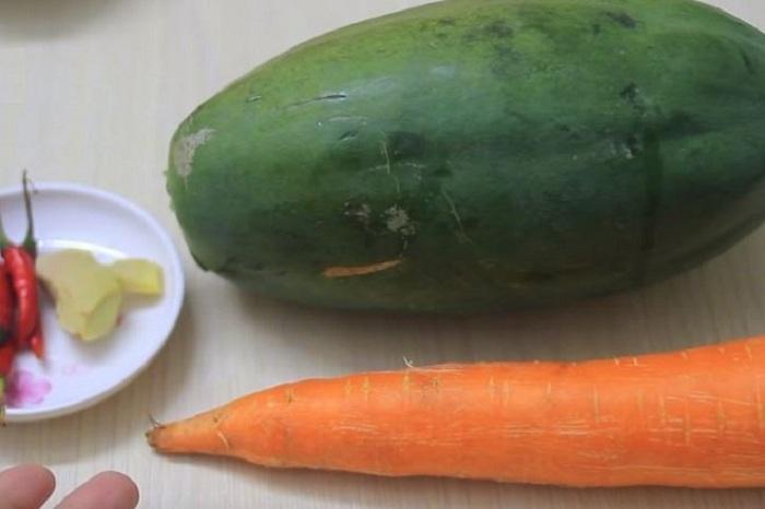 Đu đủ và cà rốt gọt vỏ rửa sạch