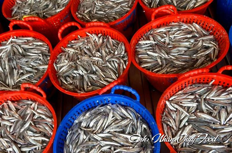 Những mẻ cá than tươi ngon chuẩn bị cho quá trình làm mắm Nhân Thùy